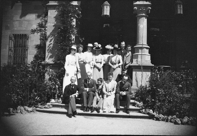 Групповое фото возле неизвестного замка, 1900