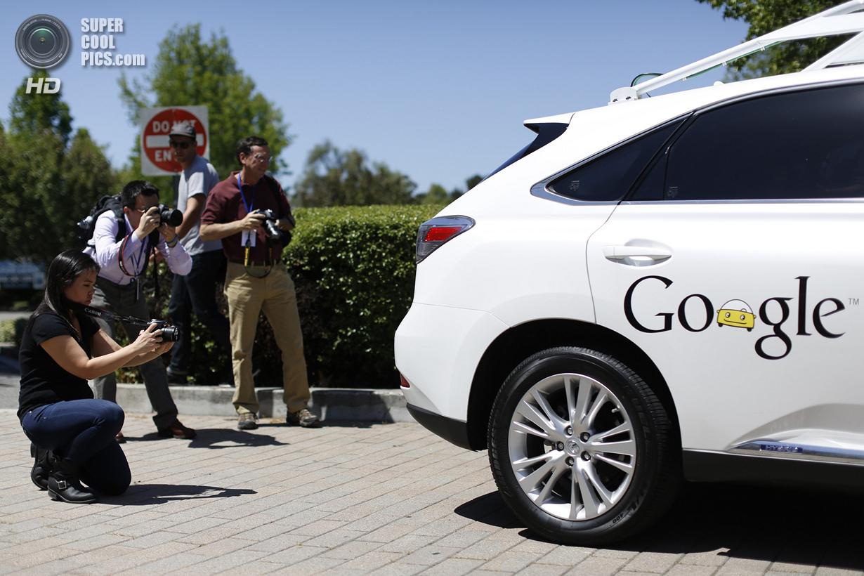 США. Маунтин-Вью, Калифорния. 13 мая. Журналисты фотографируют беспилотный автомобиль Google. (REUTE