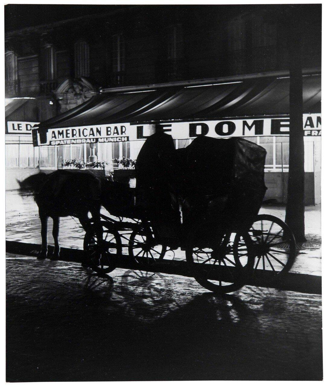1931-1932. Фиакр перед кафе Le Dome на Монпарнасе