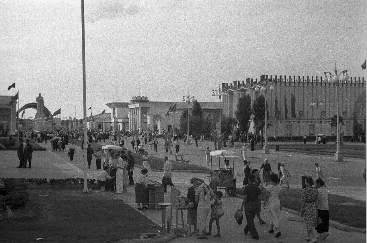 03. Вид от павильона Поволжья в сторону площади Механизации