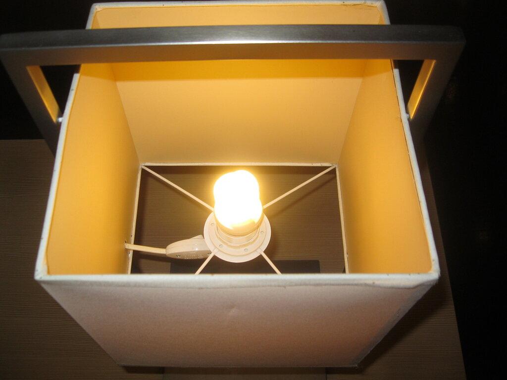Настольная лампа с прямоугольным самонесущим пластиковым абажуром в холле ДК имени Капранова на Московском проспекте (Московский район Санкт-Петербурга), октябрь 2014 года.