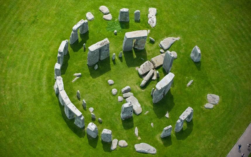 6. Знаменитый на весь мир 5000-летний каменный круг Стоунхендж еще великолепнее с высоты птичьего по