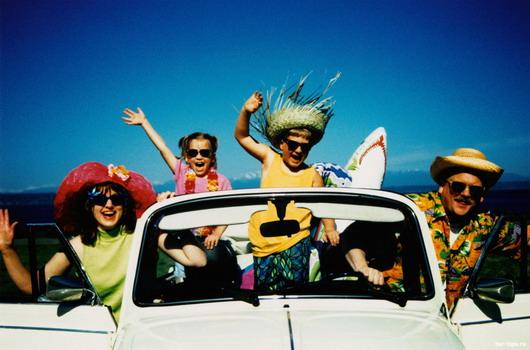 Счастливая семья в автомобиле путешествует