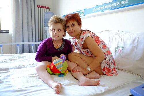 Сава с мамой в палате больницы Эркан Байван