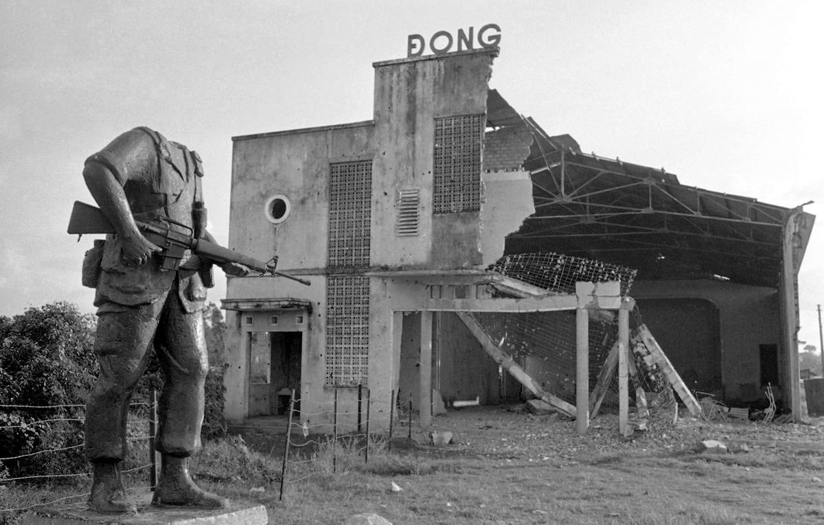 Командир батальона войск Южного Вьетнама капитан угрожает применением насилия захваченному в плен северовьетнамскому солдату в дельте реки Меконг