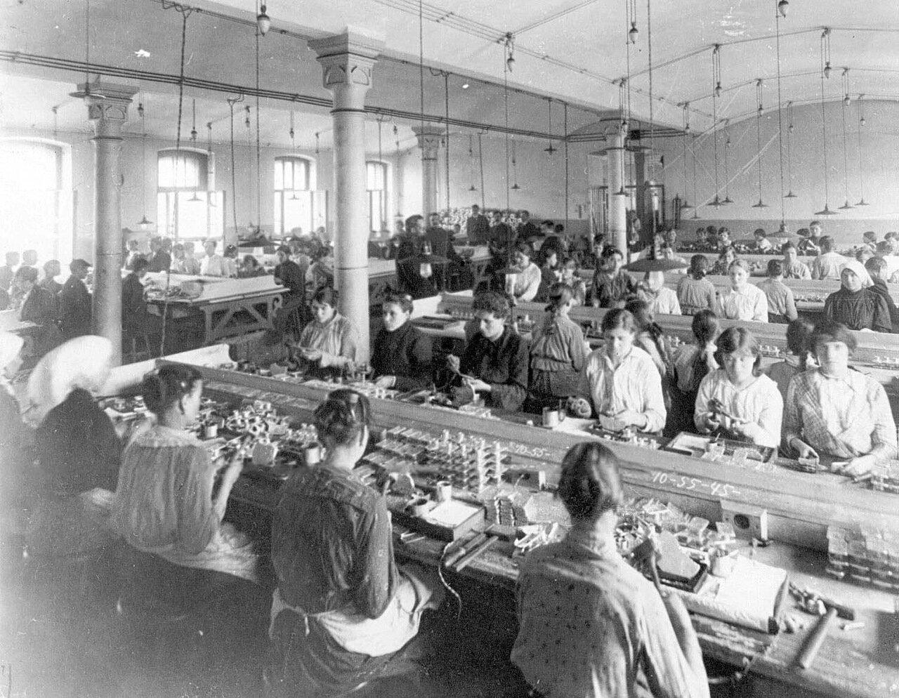 09. Рабочие фабрики за изготовлением противогазов.  1916