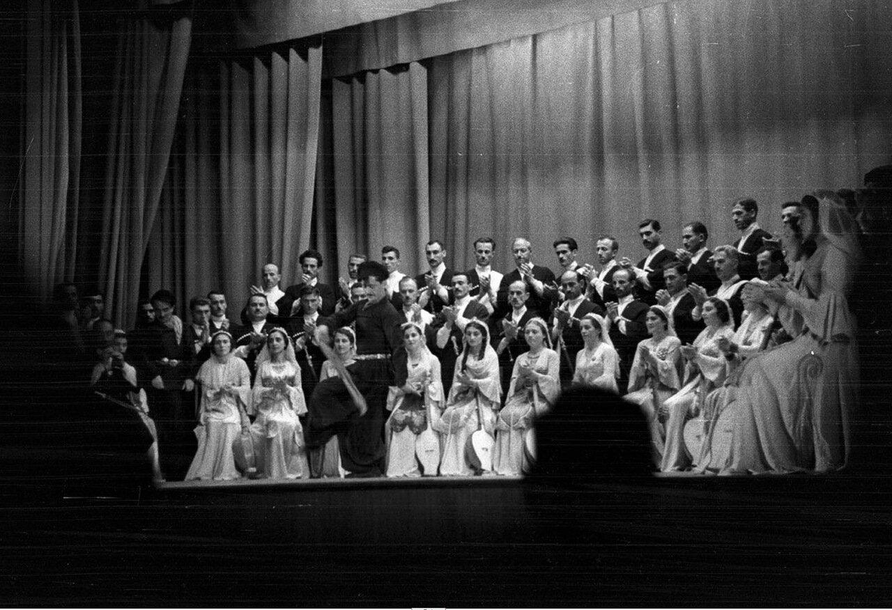 41. Группа актеров в театре