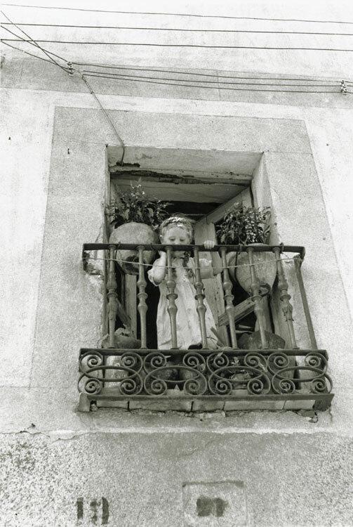 1960-е. Маленькая девочка на балконе