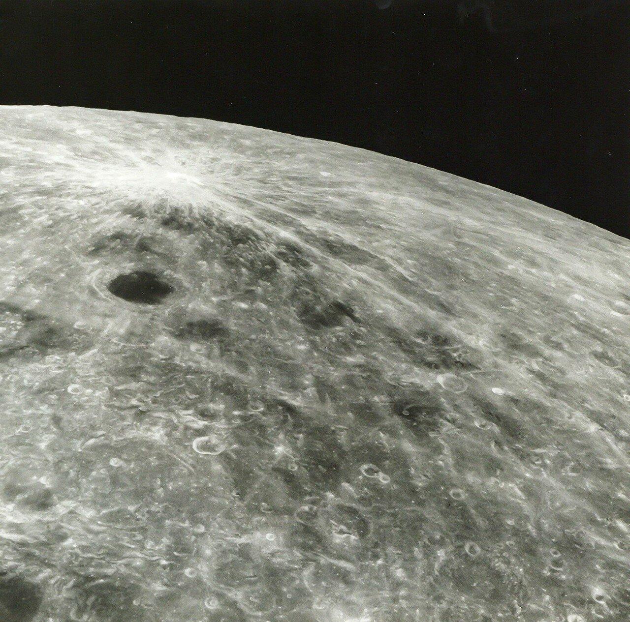 1968, декабрь. Лунный пейзаж возле кратера Джордано Бруно  с борта корабля «Аполлон-8»