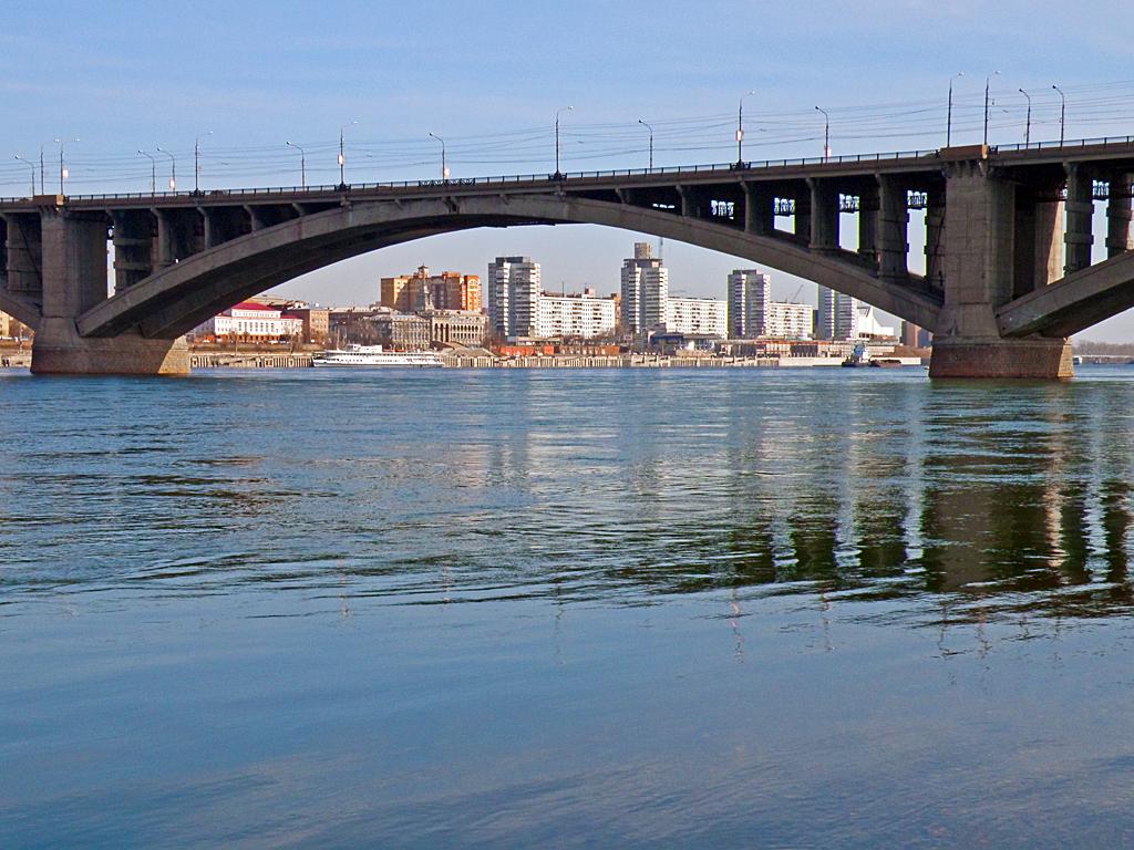 Вид с острова Отдыха на набережную, через мост