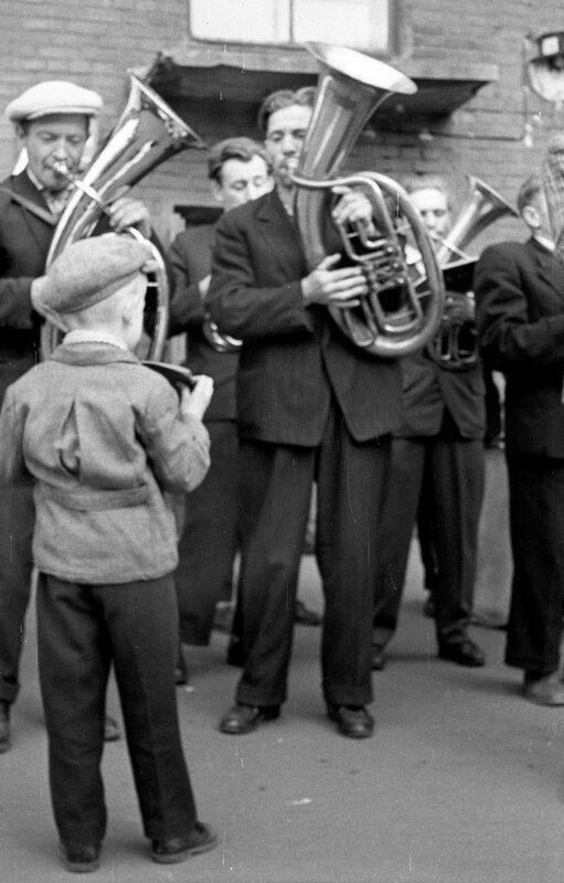 Музыканты и мальчик