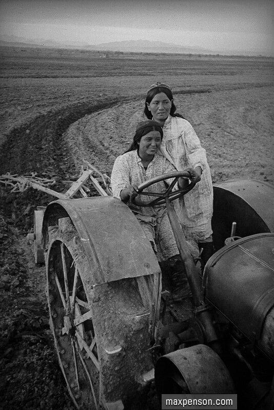 Освоение трактора освобожденными женщинами Востока