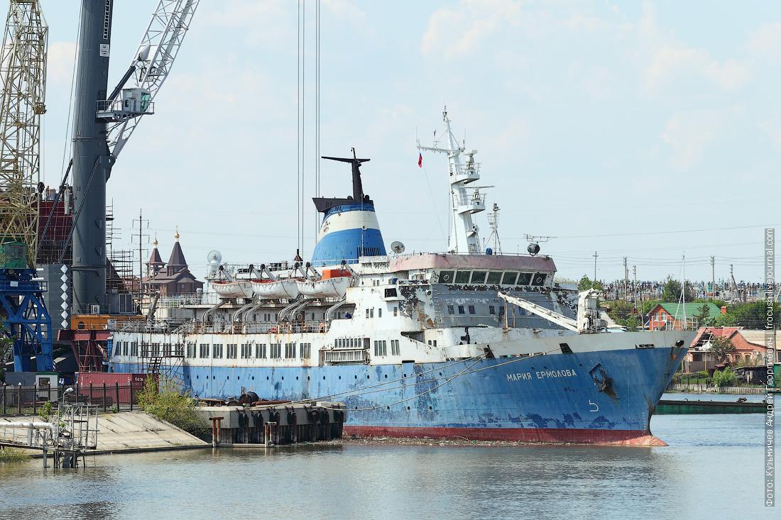 грузопассажирское судно Мария Ермолова в дельте Волги