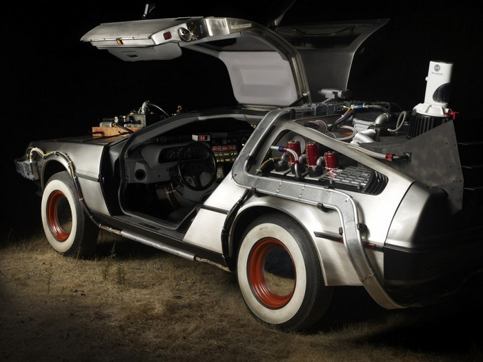 Спортивный автомобиль DeLorean DMC-12 американской компании DeLorean Motor Company выпускался с 1981