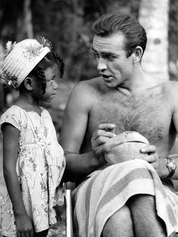 Шон Коннери подписывает кокос для маленькой фанатки из Ямайки на съемках фильма «Доктор Ноу&#18