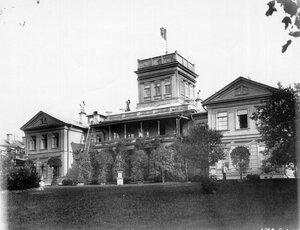 Фасад дома в имении графа.