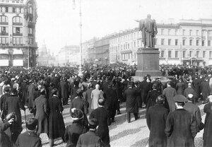 Участники манифестации на Невском проспекте у Казанского собора.