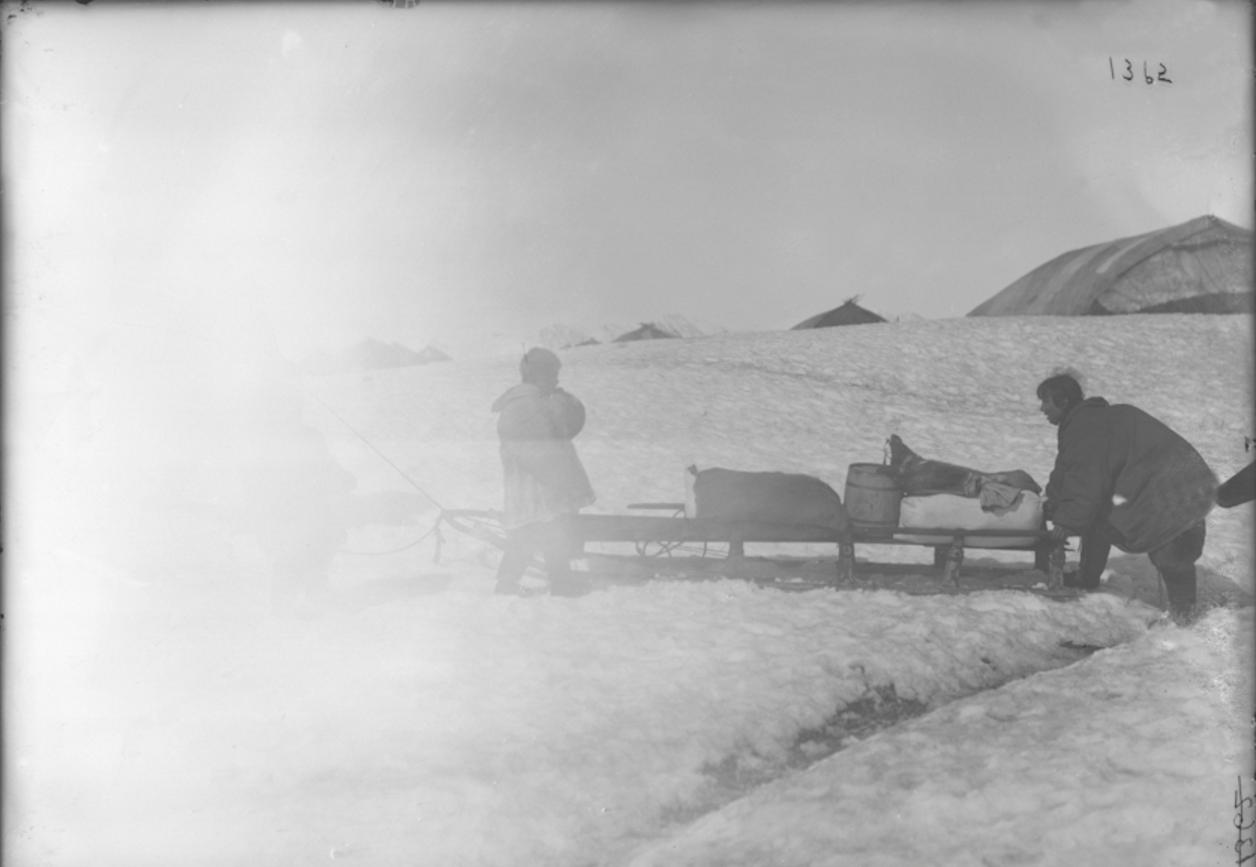 Перевозка вещей с лодки на берег, Сибирь, 1901
