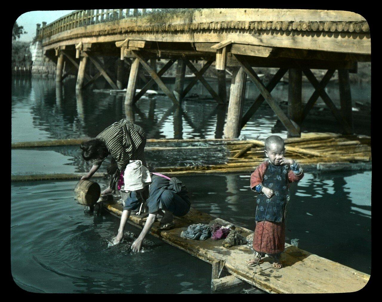 Постирушки под мостом