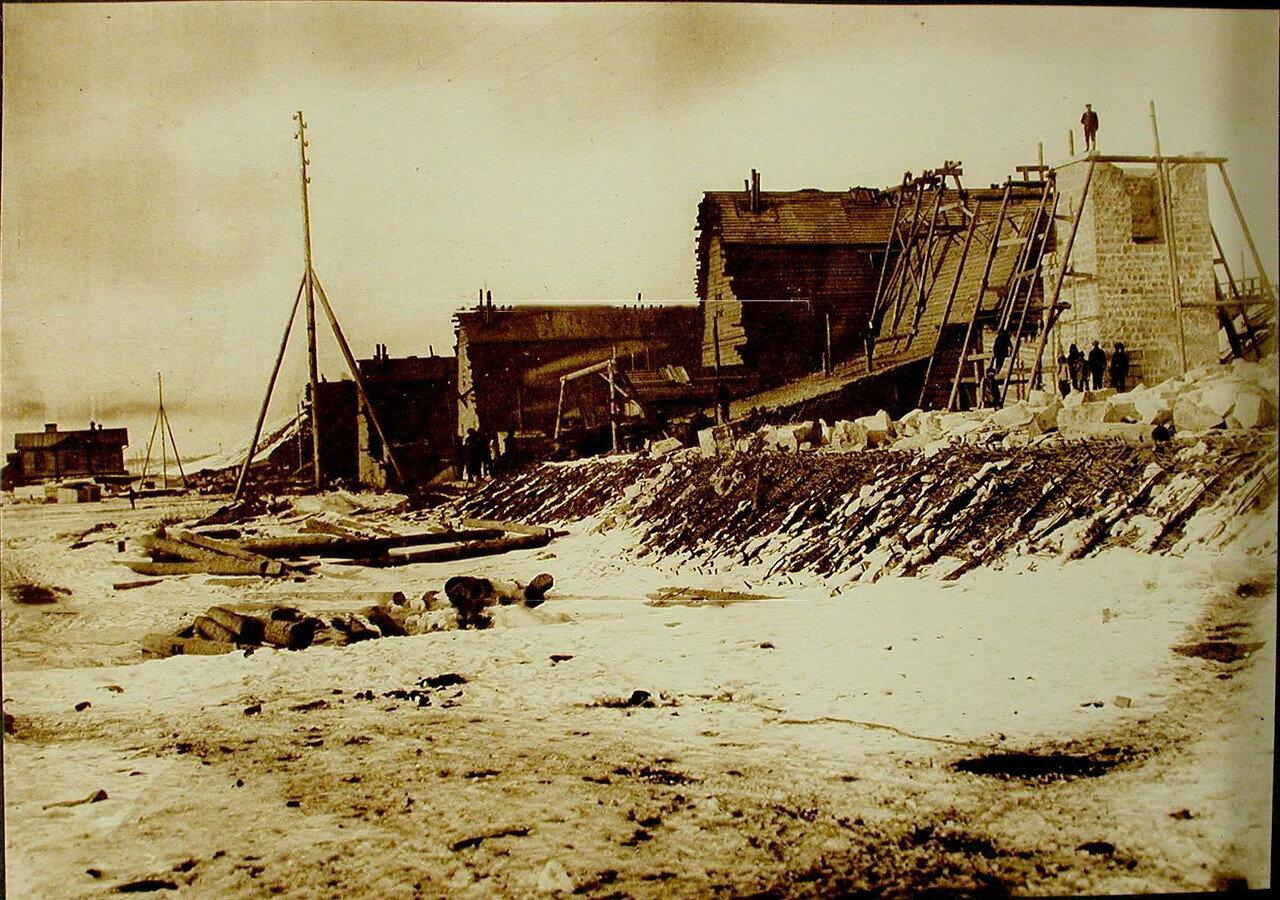 13. Общий вид тепляков, строящихся опор моста через реку Томь. Амурская обл. 1911-1914