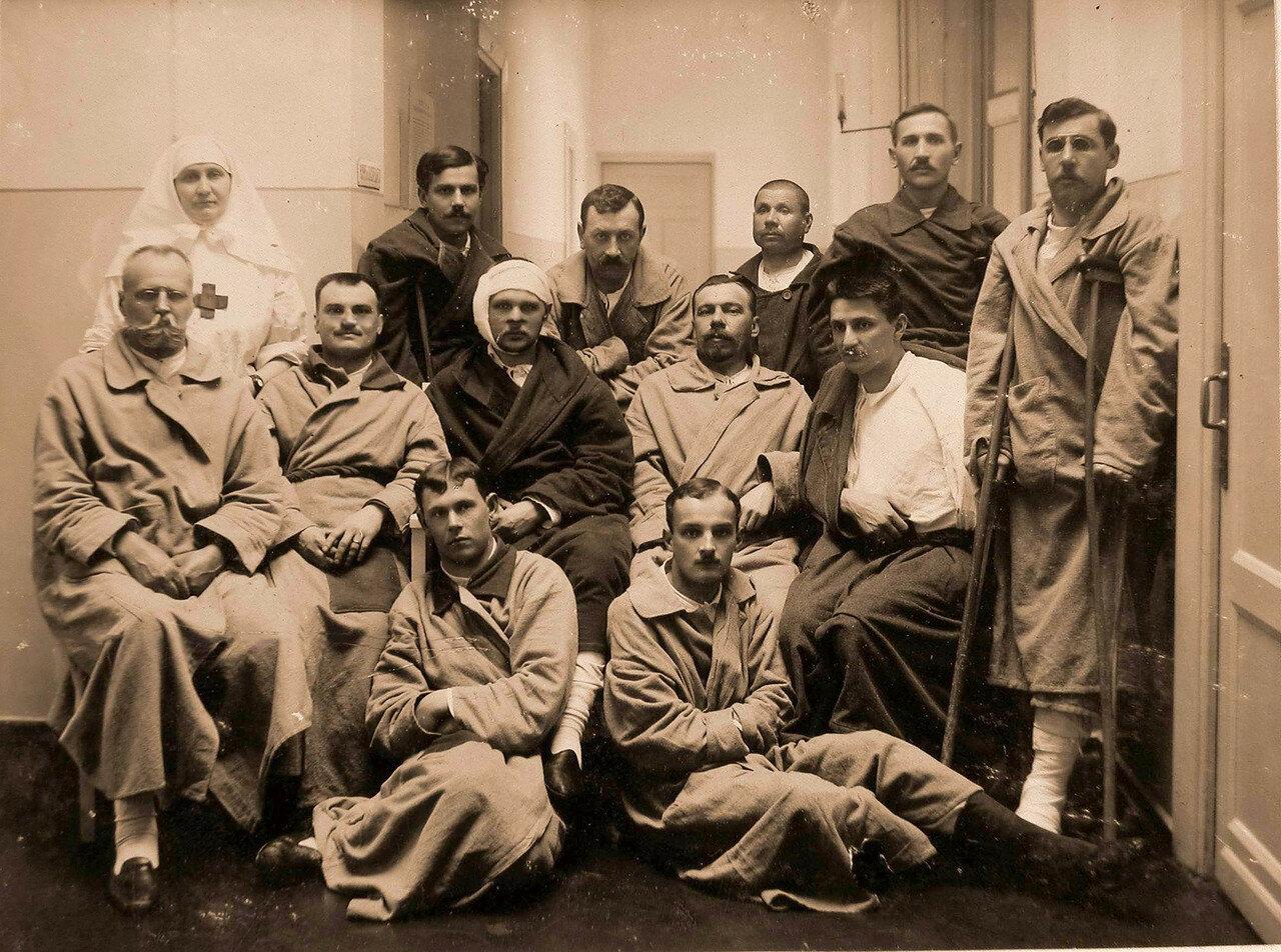 07. Группа раненых офицеров в коридоре лазарета