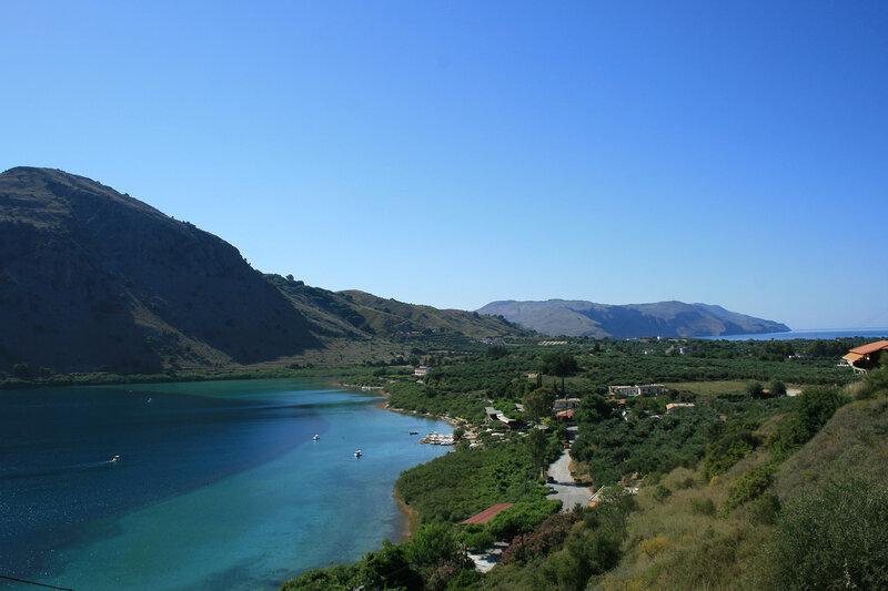 Слева озеро Курна, справа Критское море
