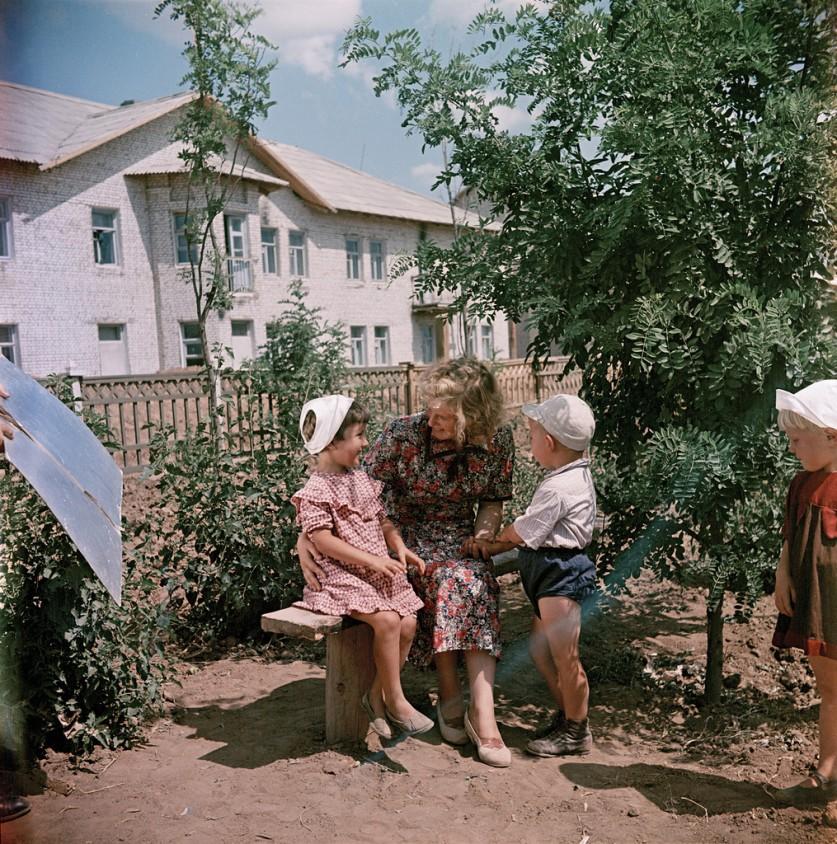 Семья на бульваре нового города, построенного в голой степи для обслуживания Волго-донского канала,