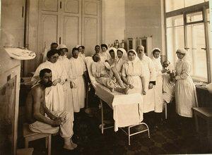 Врачи, сёстры милосердия и раненые во время перевязки в перевязочной лазарета.