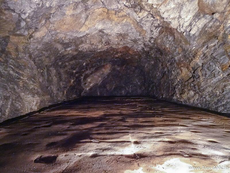 Вот в такой же пещере, только облицованной, располагается и центр связи, про который я рассказывал выше.
