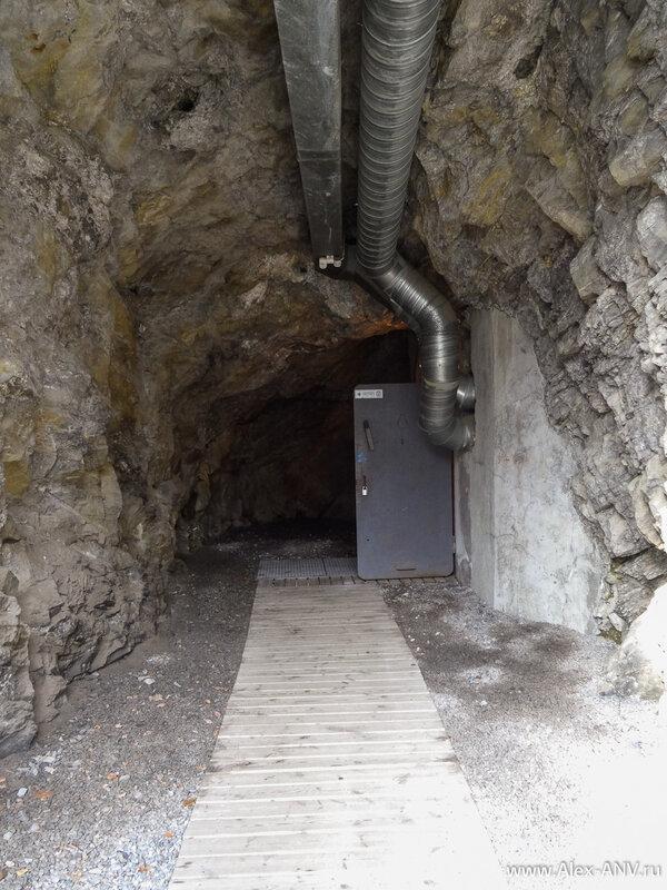 Спускаемся вниз и идём по короткому коридору ко входу. Вход в бункер сделан грамотно - под углом в 90 градусов, чтобы дверь не вышибло взрывной волной случись чего.