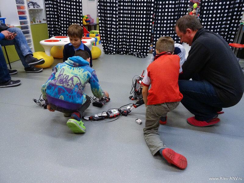 Эти роботы управляются с помощью инфракрасных пультиков и детишки мигом выбрали себе питомцев и устроили между ними битву. Родители тоже поучавствовали.