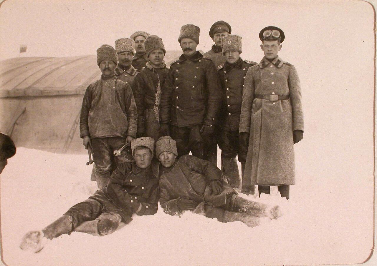 33. Группа офицеров роты, команды аэродрома и летчиков-учеников перед отъездом заведующего аэродромом