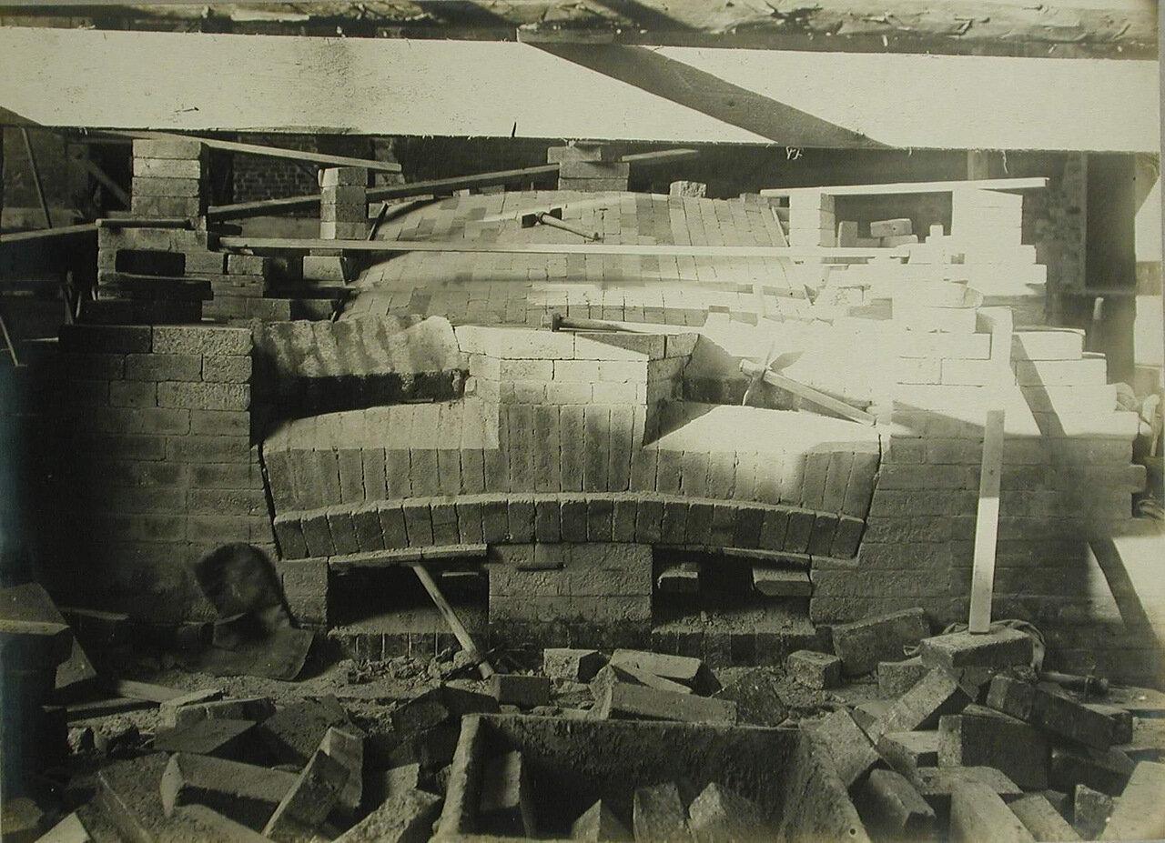 12. Вид строящейся сталелитейной печи, которую монтируют из специального огнеупорного кирпича в одном из цехов завода.  10 октября 1909