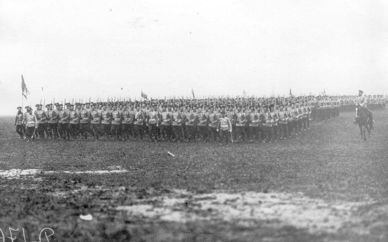 11. Полк проходит церемониальным маршем на смотре.  Красное Село. 1913
