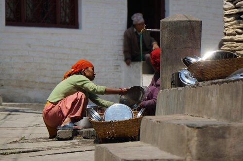 Женщина моет посуду. Улицы Марфы