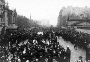 Толпы демонстрантов проходят по Суворовскому проспекту в связи с проводами гроба с телом князя С.Н.Трубецкого.