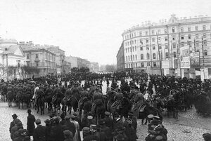 Прибытие отрядов конной полиции на Знаменскую площадь для разгона демонстрации в связи с проводами гроба с телом князя С.Н.Трубецкого.