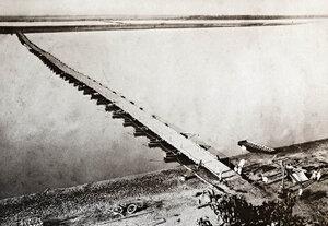 Понтонният мост на река Дунав за преминаването на руската войска в района на Систово (Свищов), заснет откъм българския бряг, 1877 г.