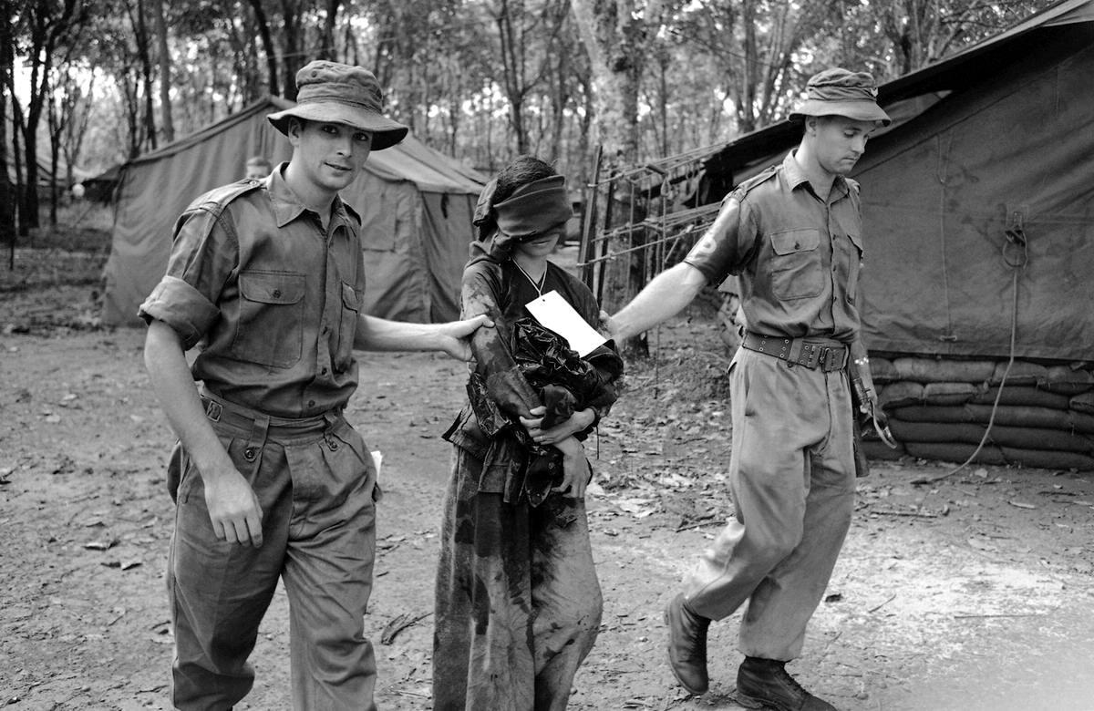 Вьетнамская девушка 23 лет, которая была задержана австралийским патрулем по подозрению в причастности к партизанской деятельности, после проведения над ней пытки водой в 65 км к юго-востоку от Сайгона
