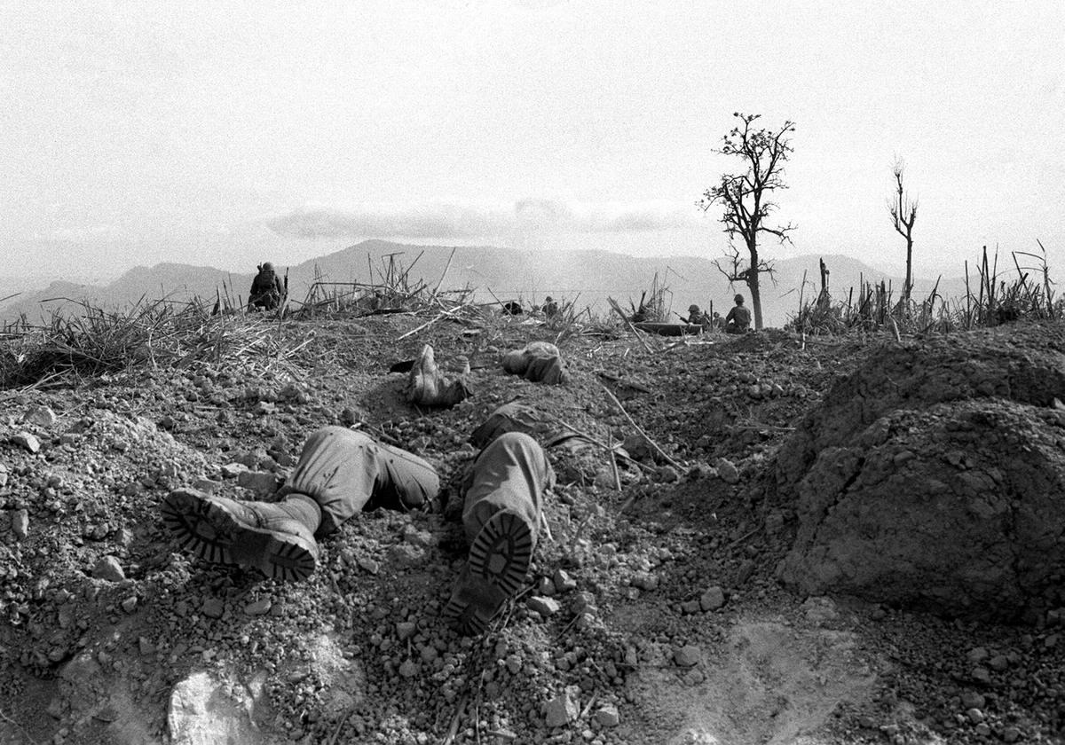 Наполовину зарытые тела американских морпехов, которые оказались убитыми на одной из высот в 4 км от военной базы Кхешань