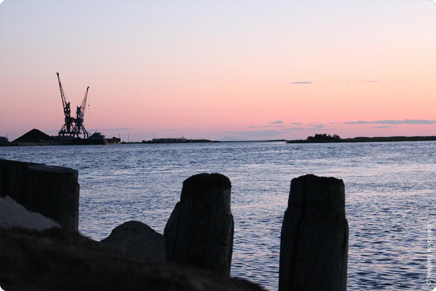 Вид с паромной переправы на порт Усть-Баргузин, полуостров Святой Нос