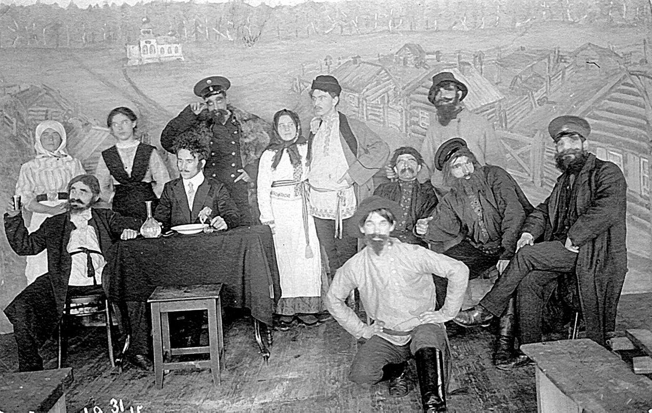 Участники любительского спектакля на Знаменском стекольном заводе. 1915