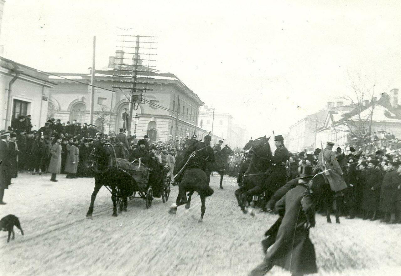 07. Застава конных стражников и полиция на Шпалерной улице во время открытия Второй Государственной думы