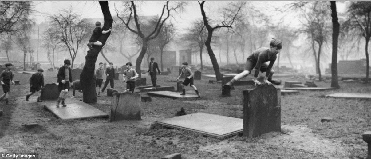 1948. Группа мальчиков из района Горбалс, Глазго играет среди надгробий