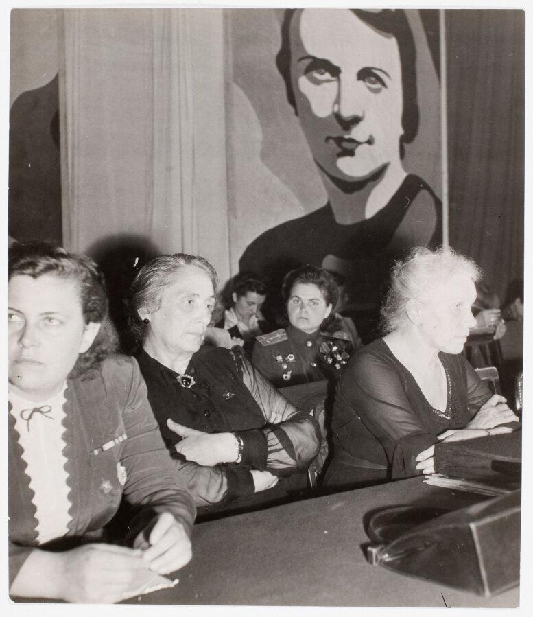 1945. Мадам Попова, начальник советской делегации; Пассионария, представляющая женщин республиканской Испании; Мадемуазель Рябова