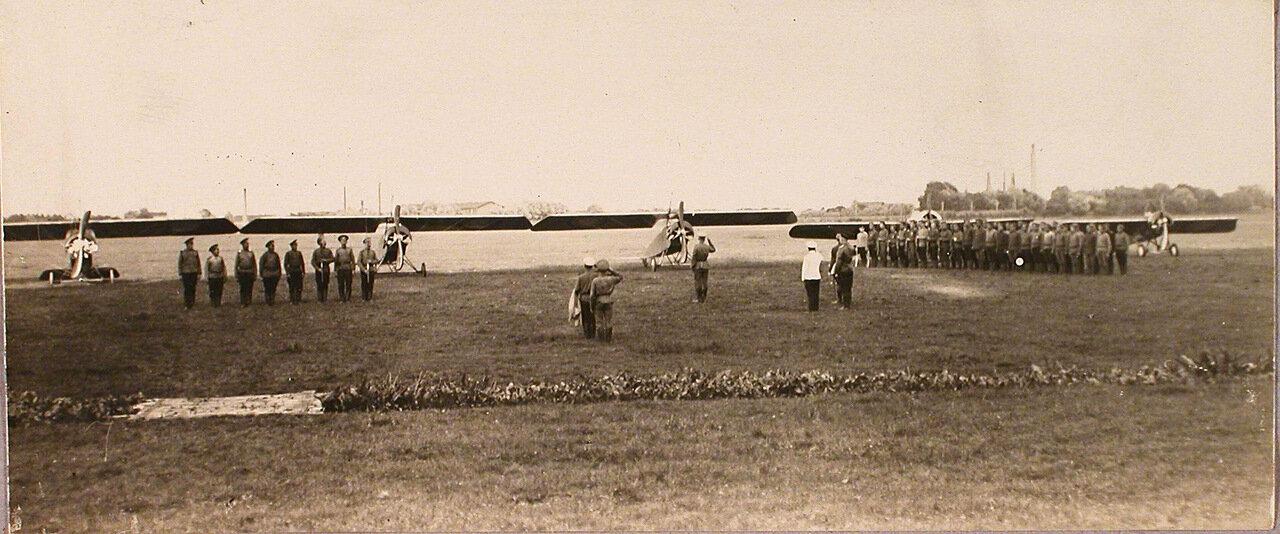 44. Группа солдат и офицеров авиаотряда во время церемонии вручения Георгиевских медалей. 1915. Рига