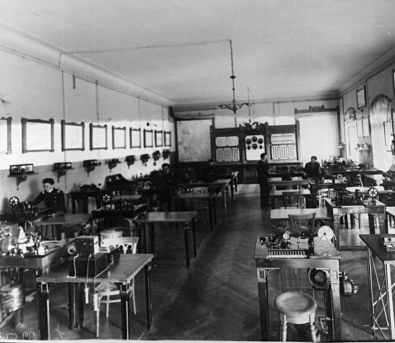 28. Учебная телеграфная станция (студенты на практических занятиях)
