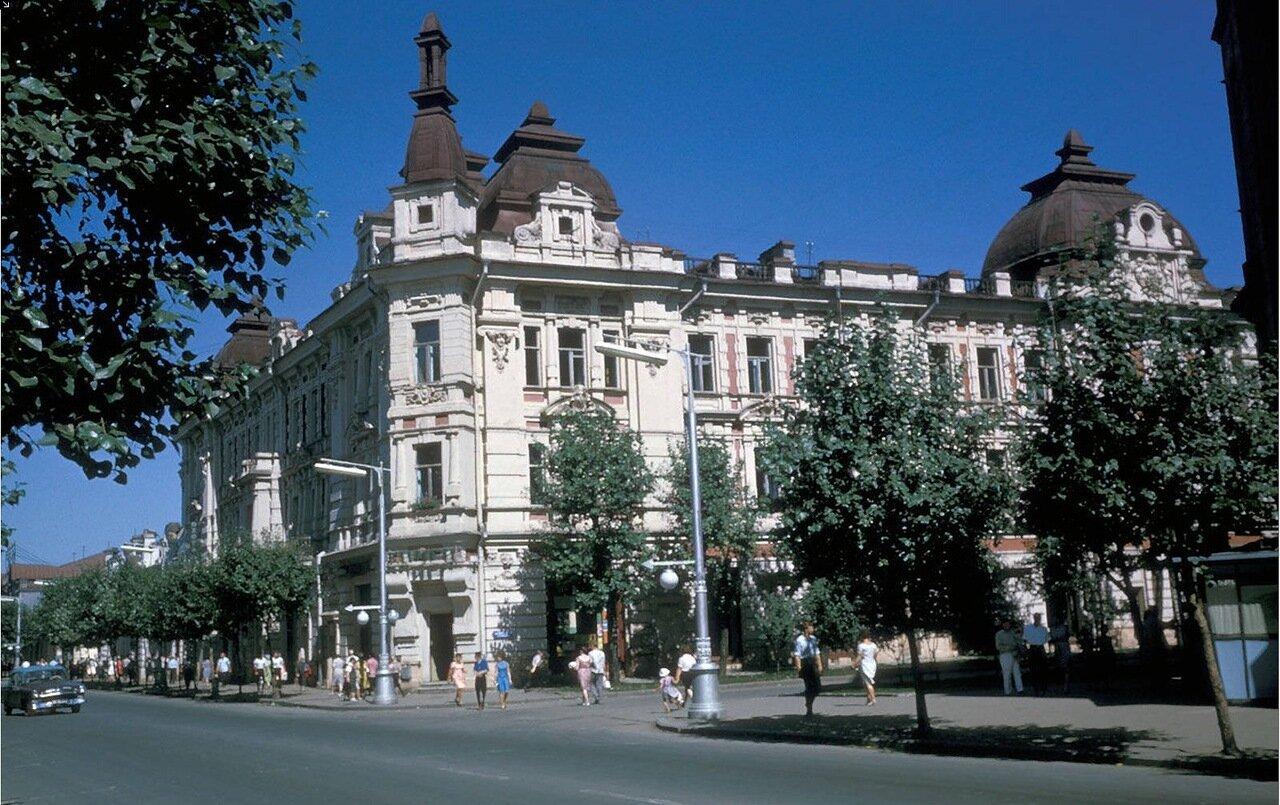 Угол Карла Маркса и Литвинова. Бывшее здание «Гранд-отеля». Сейчас магазины и учреждения
