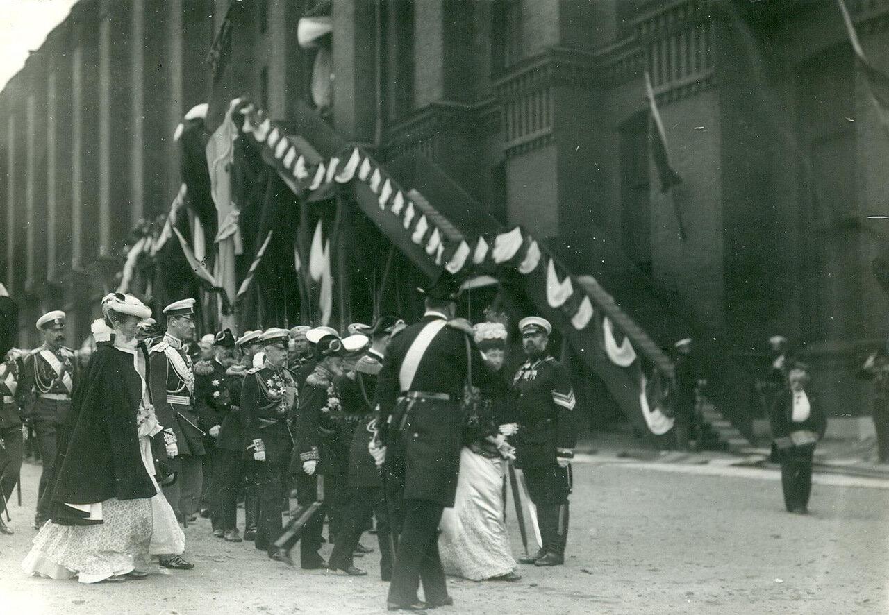 16. Император Николай II, императрица Мария Федоровна и сопровождающие их лица у почетного караула в день спуска корабля на воду. 1903