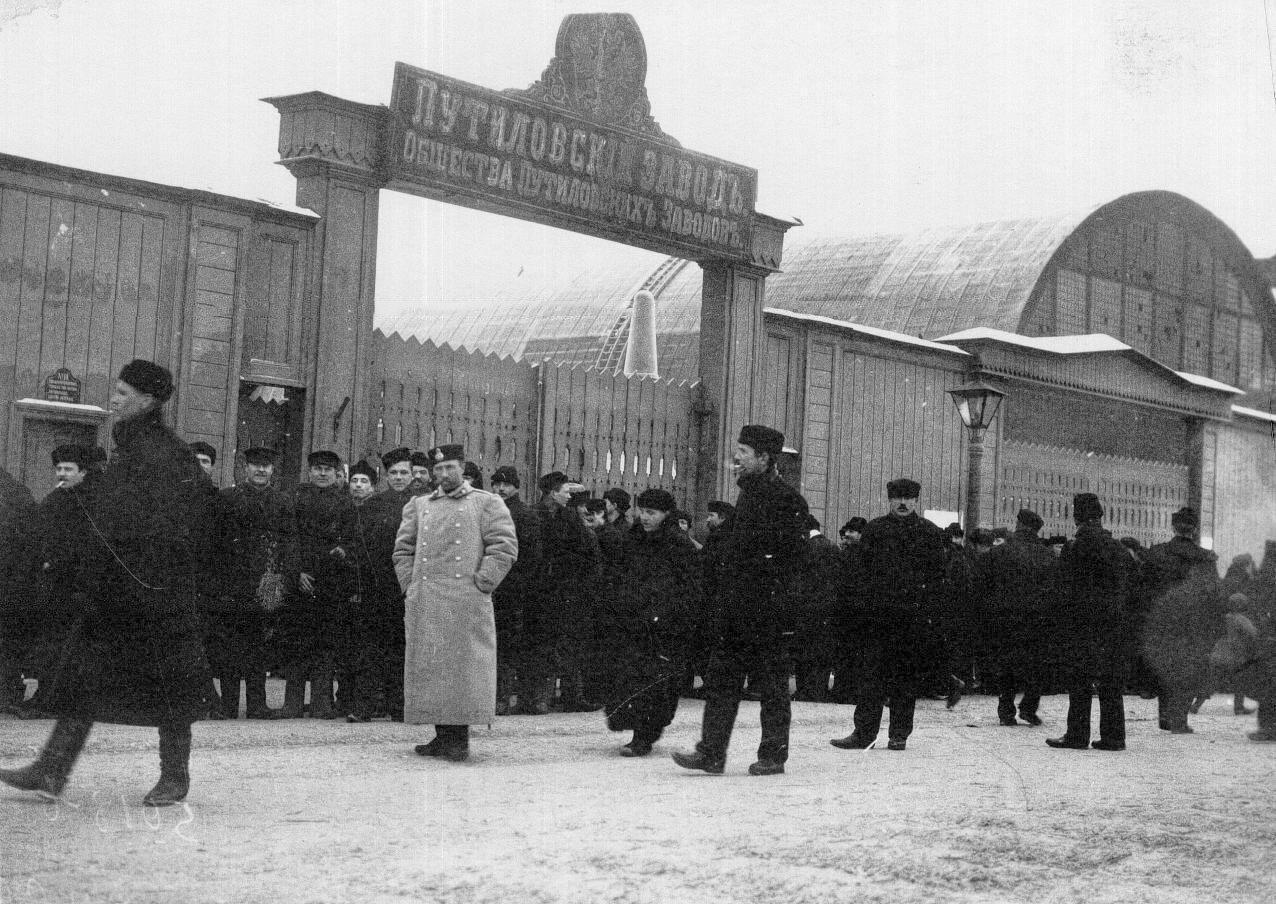 02. Группа рабочих у ворот Путиловского завода